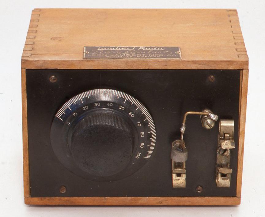 これは米国レオン・ランバート社のものです。このラジオの特徴はまるでブラシのような検波器の針の部分です。ちょっと見にはどうも感度が悪そうですが実際にはそうでもありません。中にはコイルが1つ入っています。ラジオの底にはどういうわけかクリスタルラジオカンパニー社の広告が貼ってあり、「もしあなたが真空管ラジオをほしければ、2球、 5球、 6球ラジオでも安くお売りできます。この$5.95のランバートラジオを当方に送っていただければいつでもいかなる真空管ラジオもお売りすることができます。」等と書いてあります。 H115× W160× D118(mm)