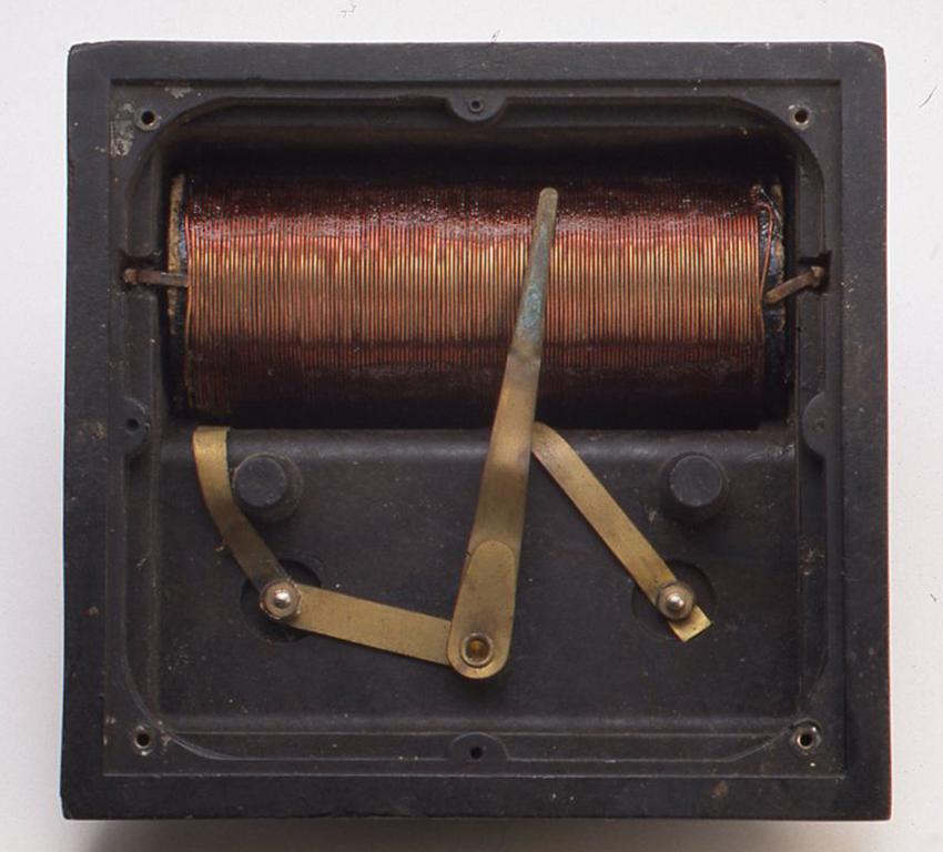 底にある黒色のファイバー製のフタをあけるとコイルが1つ入っていて、ツマミを回すとまん中のレバーが動くようになっています。