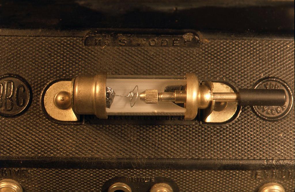 検波器のガラス管は底側の半分が白くフロスト加工されていて針が見やすく工夫されています。