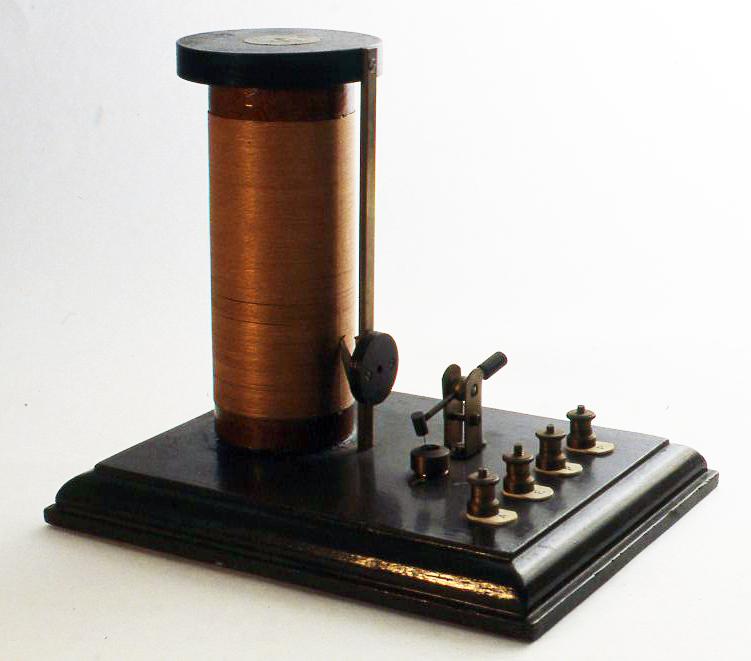 1920年代の英国製でやはりBBCのマークが入っています。たて型のむき出しのコイルについているノブをスライドさせて同調を取るようになっています。検波器には方鉛鉱がついています。H180X W157× D207(mm)
