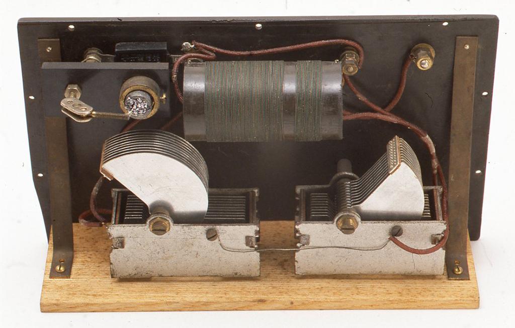 しかし内部はていねいに仕上げてあります。今のように絶縁物のパイプが入手しづらかったためか、コイルのボビンはエボナイトの板に熱をあたえて丸めて自作してあります。検波器とヴァリコンは輸入された製品を使用しています。