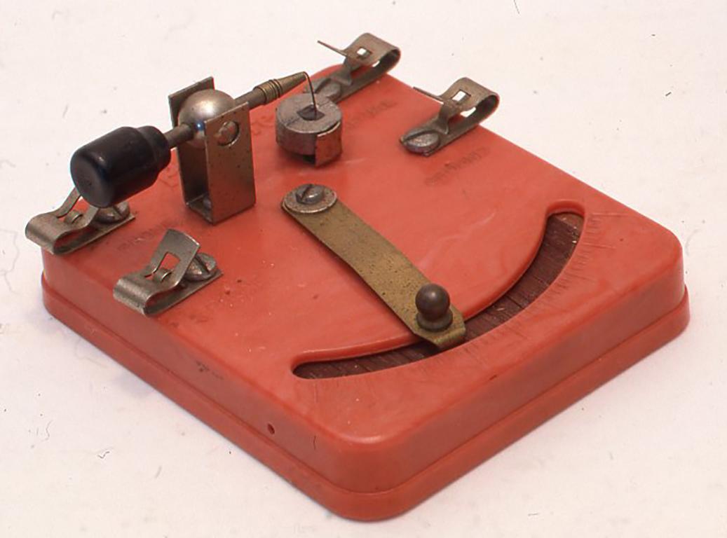 米国フィルモア社製の赤いベークライトのボディのものです。このフィルモア社ではこのようなかわいい学生用のクリスタルセットをいろいろつくっていて日本にも輸入されていたようなので、ごぞんじの人もいると思います。H40×W8×D95(mm)