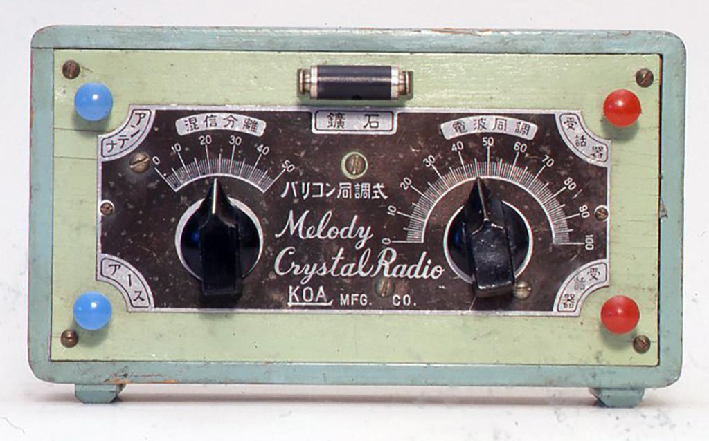 戦前の日本製でほぼ完全な状態のものです。色があざやかでかわいらしく、中は混信分離というツマミのうらにコイルがあって、電波同調の方にはヴァリコンが入っています。メロディークリスタルラジオという名前もかわいいと思います.。H100x172xD48(mm)