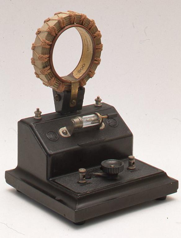 これは英国のブラウニーワイヤレスカンパニー社製です。1920年のものでNo 2モデル鉱石受信機として有名なものの1つです。BBCのマークが入っています。全体は黒のエボナイトで作られていて、上部のコイルを差し替えることができるようになっています。H210× W153×D145(mm)