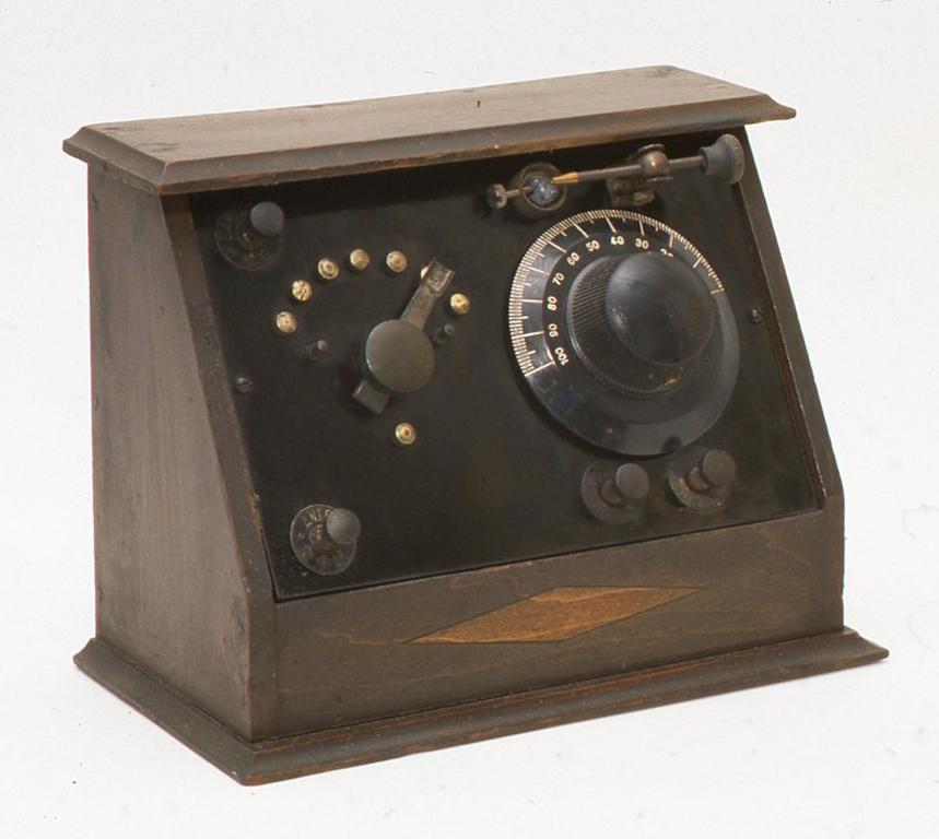 戦前の日本製でこのラジオと最初に出会ったときは、すべてがメチャクチャにこわれていました。時間をかけてツマミを作リコイルを巻きなおしヴァリコンをなおして、できるかぎり当時の状態を再現してみたものです。ほとんどのパーツがひどいダメージを受けていたのにかかわらず、茶色になったセロファンに包んだ方鉛鉱がピカピカのまま箱の底に入っていたのは印象的でした。 H162 X W212× D114(mm)