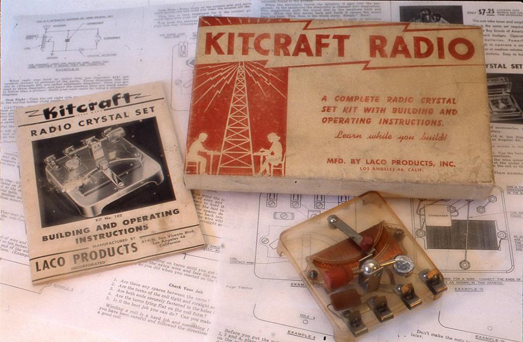 米国製の学生を対象に作られたクリスタルセットのキットです。(写真ではラジオは完成しています。)キットクラフトプロデュース社製(1950年代)で、作り方と簡単な原理を説明した20頁の小小冊子がついて充実しています。 H40× W78X D85(mm)