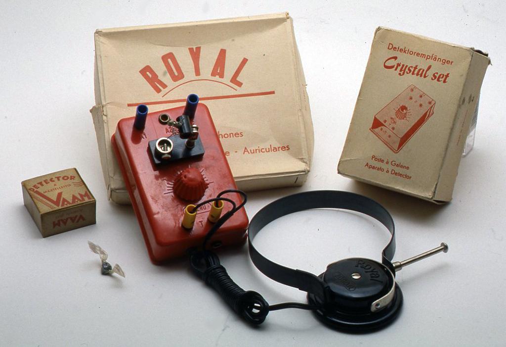 ドイツ製の子供用のクリスタルセットです。赤いベークライト製で、中には小さなコ イルとヴァリコンが入っています。付属品として別の箱に人った片耳ヘッドフォンと小さな箱に入ったイタリア製の検波器が付いています。H42X W72 X D101(mm)