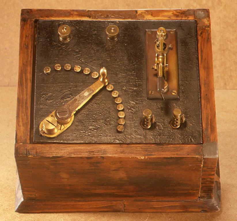これは英国で作られた手製のものです(おそらく1920年代)。手製とはいってもパーツは高級品で、作りも下手なメーカー製よりしっかりと出来ています。 H162 X W215× D185(mm)