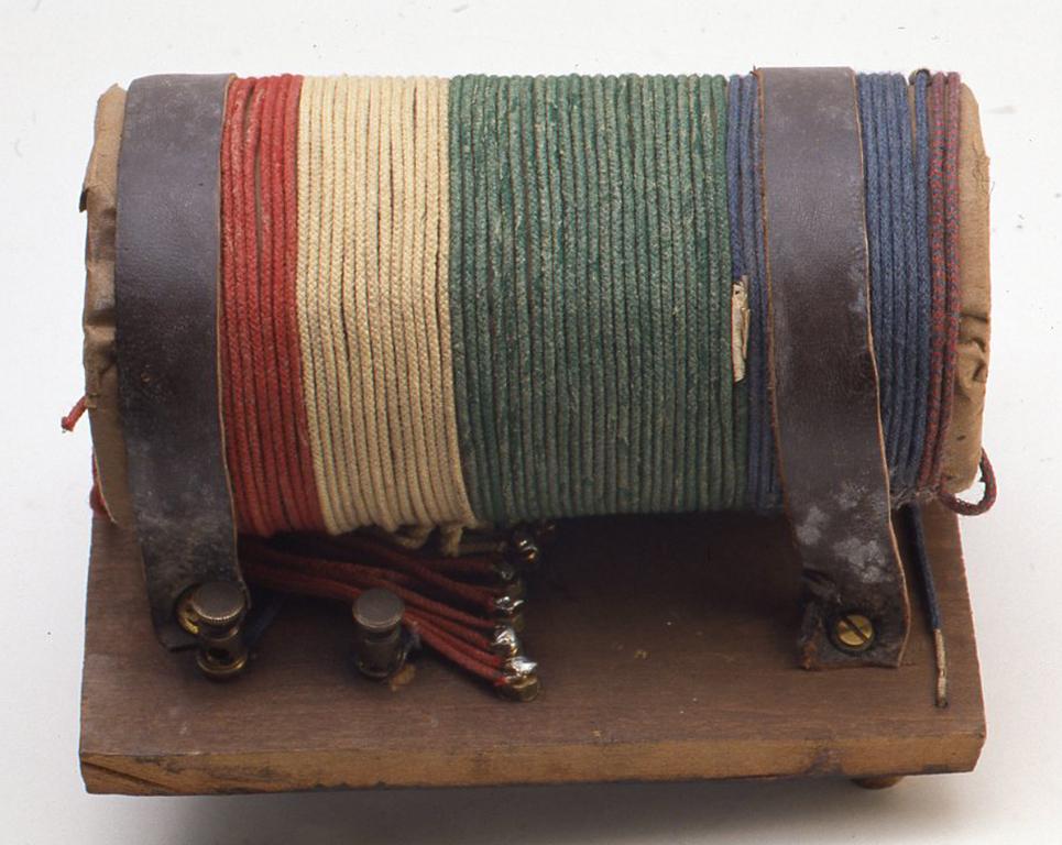 内部にはコイルが1つ入っていますが、色のあざやかな綿巻線の1.3mmくらいの大いものを使っています。またコイルを止めているのは革の帯です。