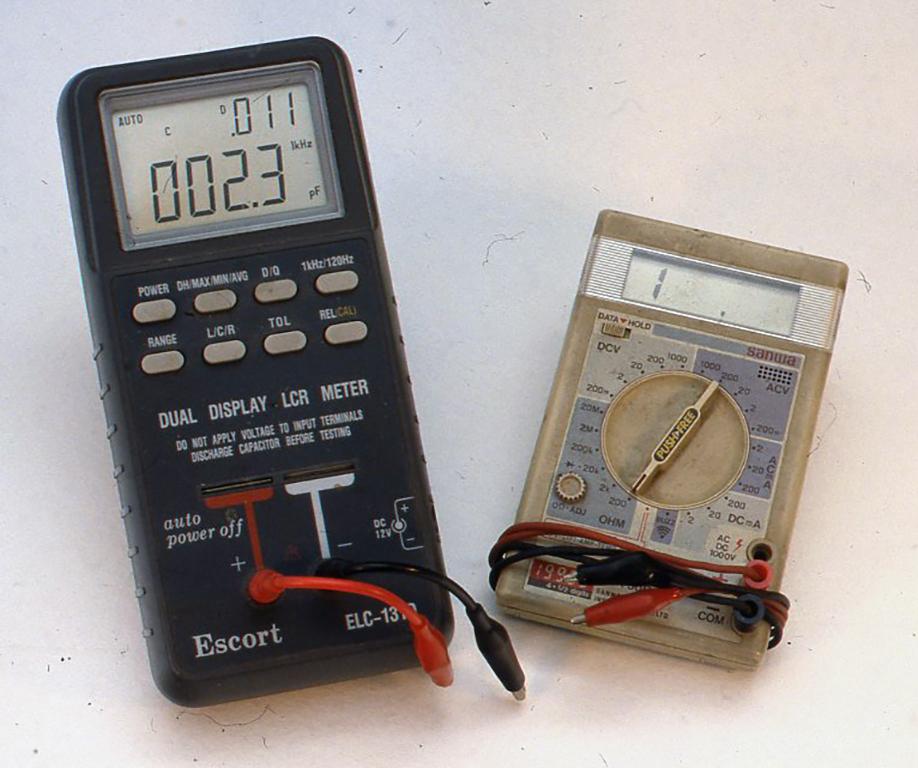 左はL・C・Rメーターで、コイルのインダクタンス、コンデンサーのキャパスタンスを直読で計れ、またRのレンジではインピーダンスを計れます。右はDMTデジタルマルチテスターと呼ばれ、直流抵抗、直流の電流と電圧、交流の電流と電圧などが計れるのでこれもまた便利です。
