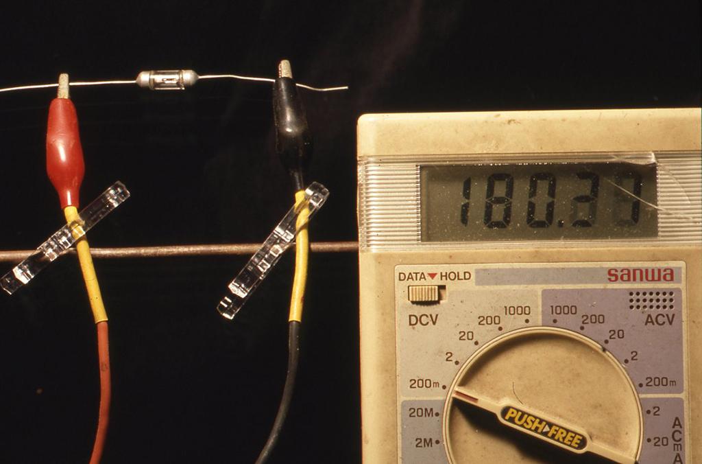 ゲルマニュームダイオードで実験の様子。テスターのデジタル数字の変化。