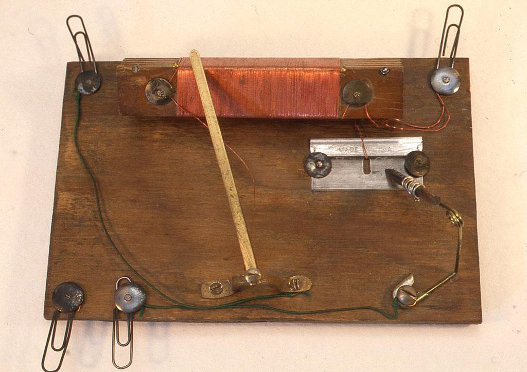 昔の米国製のキットの復刻ラジオ。剃刀と鉛筆の芯が検波器になっています。 W148×D98×H40(mm