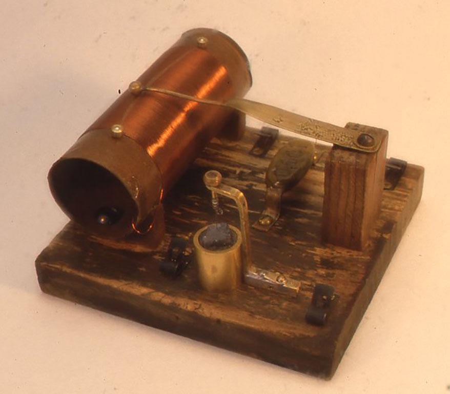 やはり昔のキット風のもので自作の人工鉱石が検波器に使用してあります。 W132×D137×H80(mm)