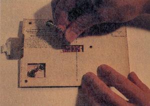 コイルのタップにクリップを付けて同調を取ります。左端に出ている小さな板状のものはコンデンサーです。