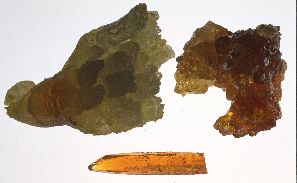 透過性検波器に使っている鉱物。下のオレンジ色のものは7cm。うわさによればこれらの鉱物は東欧のどこかの金属精錬工場の煙突の中に気相より析出して結晶するもので、人工とも天然とも言いきりがたい状況で生まれてくるそうです。それを1年に1回かき取ってくる業者が宝石の原石として、かつて東西対立があった時代にひそかに西側に放出していたと言われています。