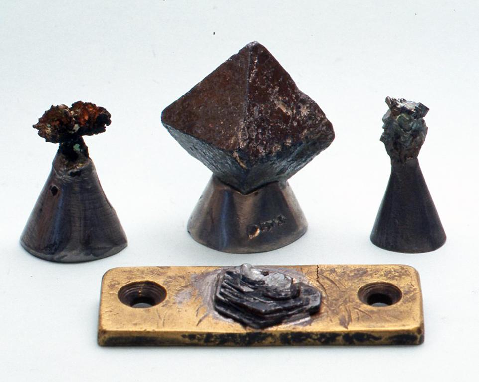 天然系検波器 1 中央の磁鉄鉱を使ったもの(H5cm)