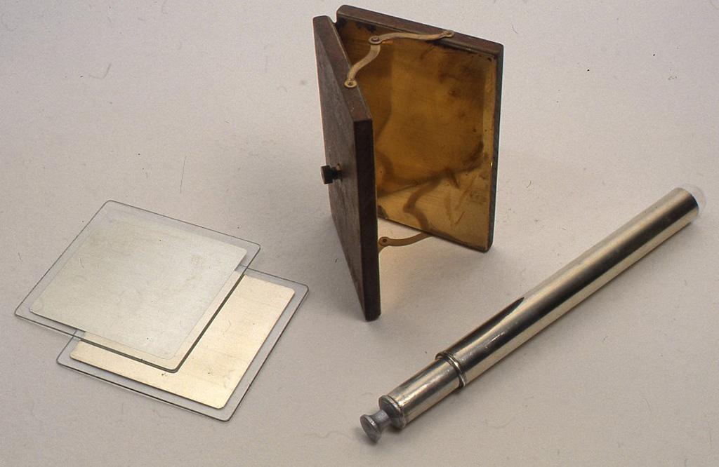 左から、ガラスに錫箔を貼ったもの、真鍮板を自在に開き具合を調節できる板の内側に取り付けたもの、太さのちがう試験管のそれぞれの外側に錫箔を貼ったものです。
