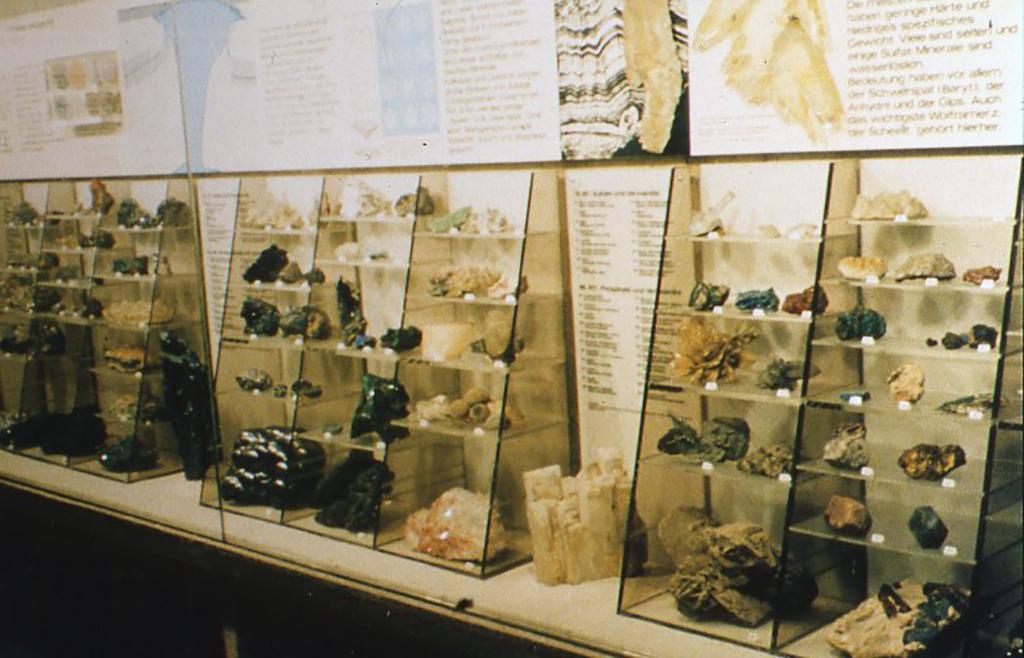 ドイツ・フランクフルトの鉱物標本展示室。