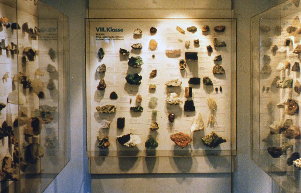 ドイツ・デュッセルドルフの資料館の鉱物標本展示スペース。