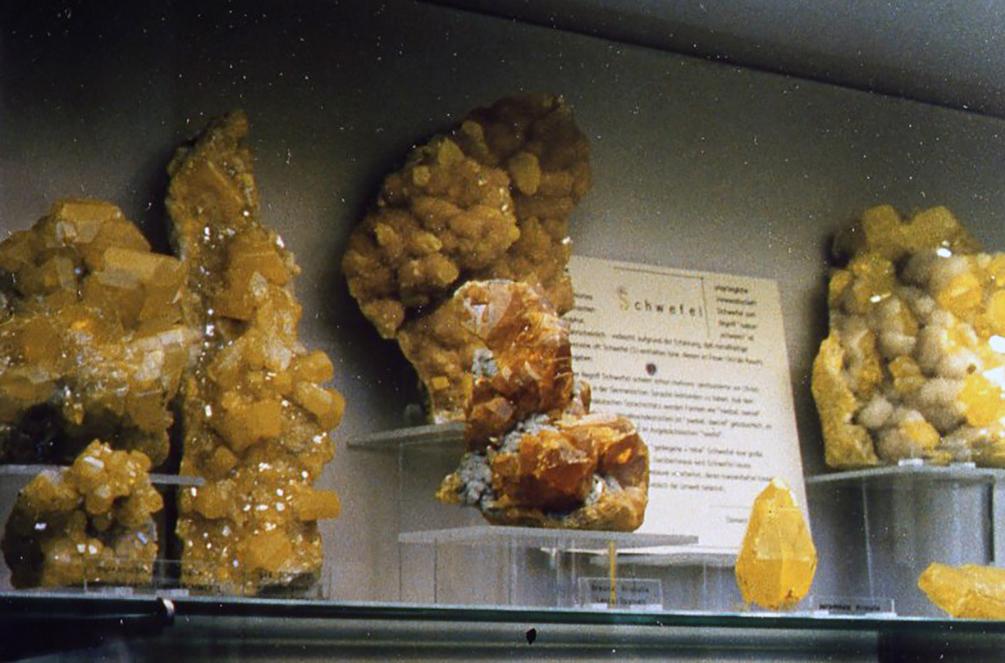 イタリア・ミラノにて。シチリア産の「硫黄」は有名な標本。