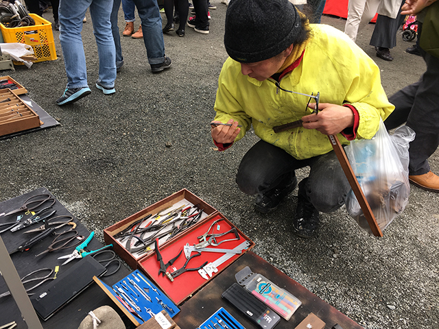 骨董市などでも道具を専門に出している店がある。そこで中古の道具をみる小林健二。