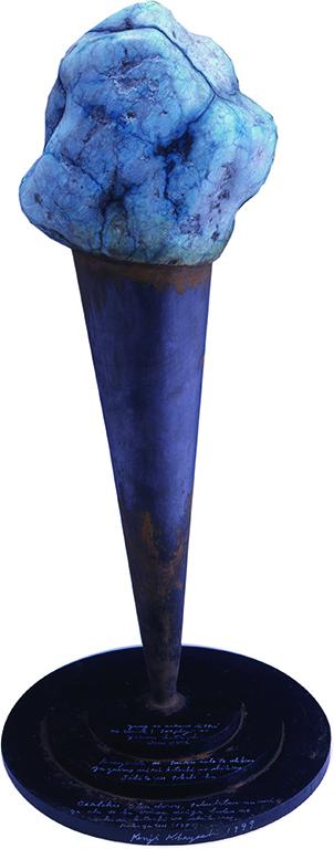 「アマゾナイトの不思議な塔」STRANGE TOWER OF AMAZONITE 鉄、鉛、石 iron,lead,stone 615X300X300mm 1999 夢の中の立体について;トロフィーのような形、その上にアマゾナイトで作られた大きなジャガイモみたいな形をしている。錆びたところはおそらく鉄だろう。特別な意味があるとは思えないが、ぼくの好きな形をしている。6月(1980)