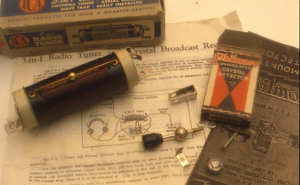 これはラジオの部品のパーツです。左のコイルはチューニングコイルでまん中の真鍮の工をうごかして使います。右のものは米国フィルモア社製のさぐり式検波器のキットです。