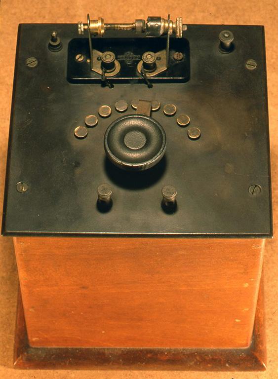 英国の1920年代のメーカー製でとても端正に造られています。検波器は接合 型で感度もよいものです。 H195X175X175(mm)