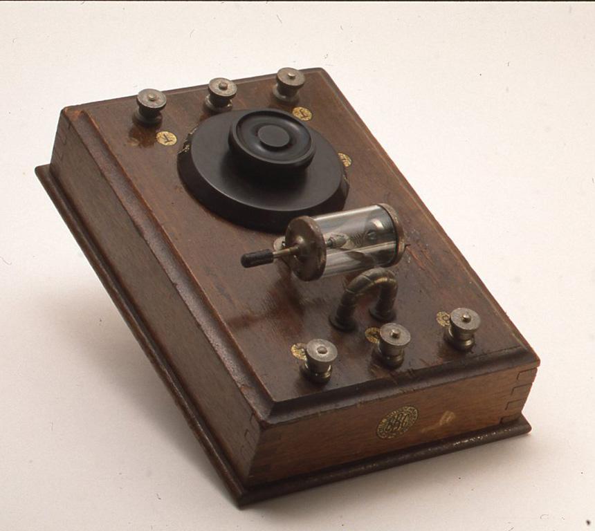 """これは1925年製の英国ジェコフォン""""ジュニア""""と呼ばれるものです。方鉛鉱を用いた検波器で精度高く造られています。通常300~ 500 mの波長に対応していますが、H75× W145× D206(mm)"""