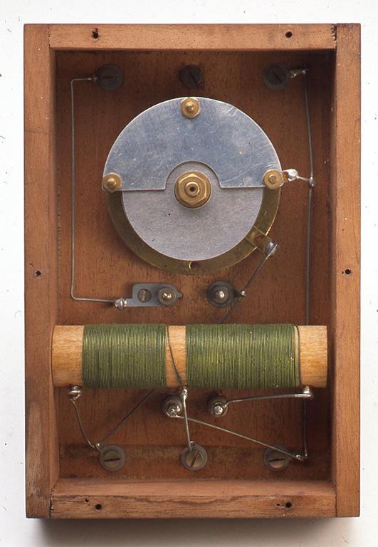 内部はヴァリコンと木の棒を芯としたコイルによって構成されています。