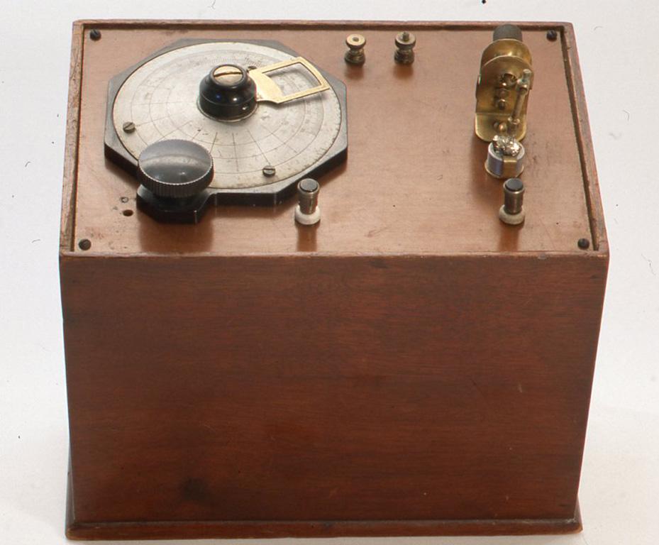 英国でアマチュアによって1940年代に製作されたと思われるものです。パーツは自分の好きなものを集めて作ってあります。 H225× W233 X D163(mm)