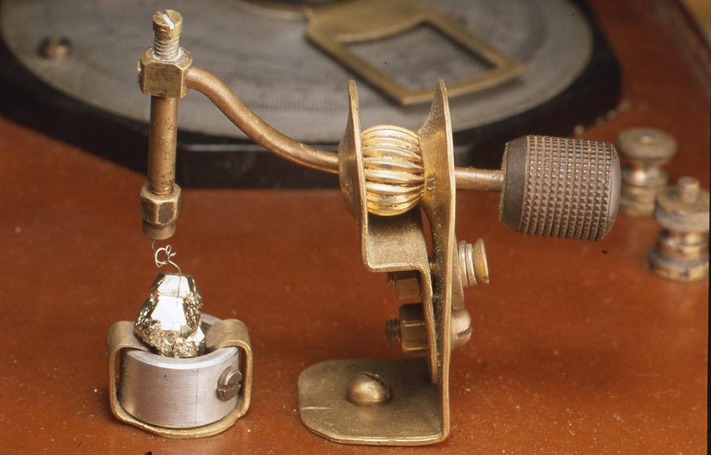 検波器はとりわけ高級品で、鉱石には黄鉄鉱が使用してあります。