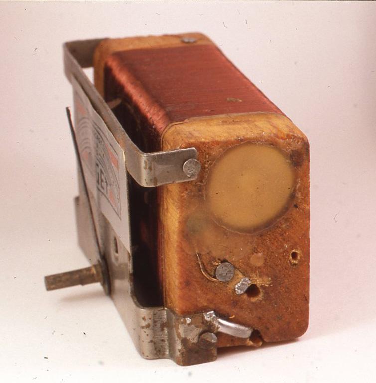 米国のミゼットラジオ社製のラジオの内部