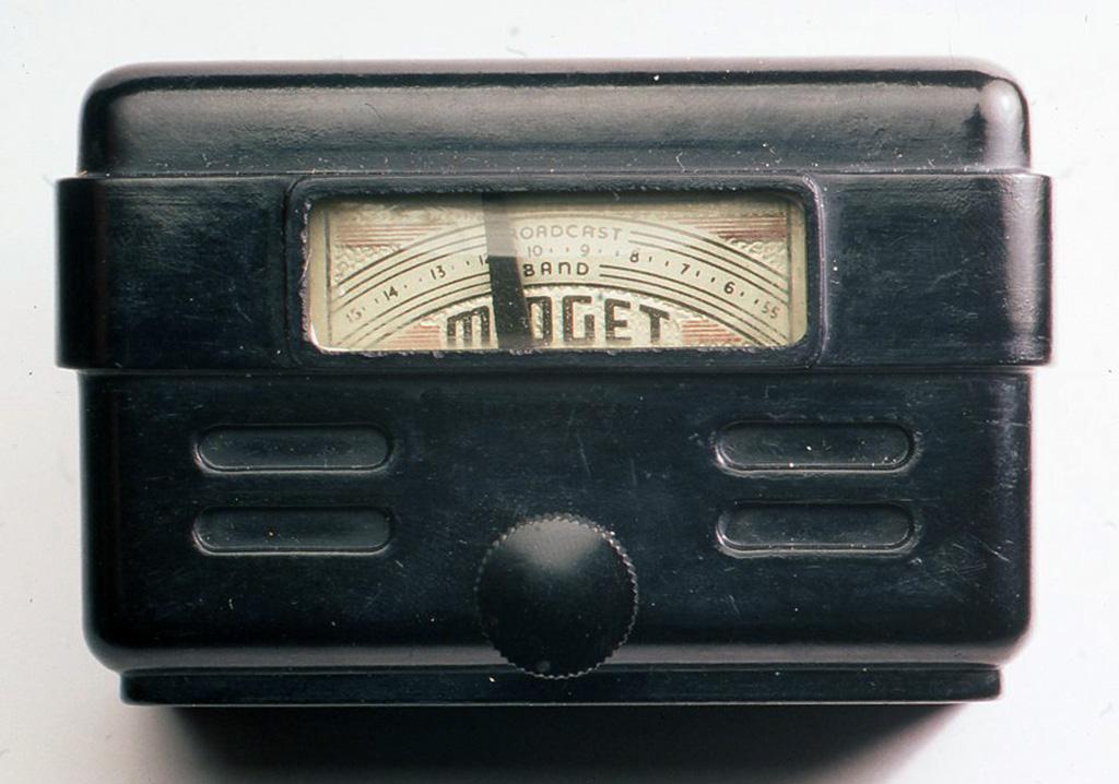 米国のミゼットラジオ社製のもので、 1939年から造られ始めたものです。中には木の角棒に巻いたコイルがあり、その本に穴をあけて中に検波器を埋め込んでありますが、外観はともかくメーカー製のイメージからは想像しにくいほど手作りの感じです (ヘッドフォンはフィルモア社製)。H53XW80×D48(mm)