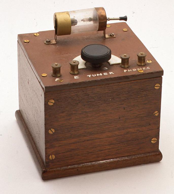 英国のアマチュアが1950年代に製作したと思われるものです。当時の金属製 のフィルムケースや試験管を使って作っています。中にはコイルと小さなヴァリ コンが入っています。H140× W130×D130(mm)