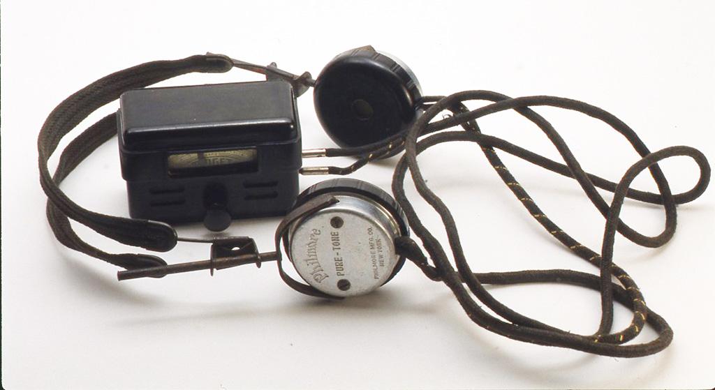 フィルモア社製ヘッドフォンと接続したミゼットラジオ。