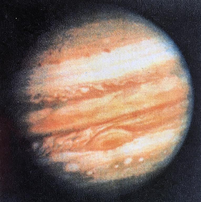 木星 豊かで、ぼくらの罪を許してくれそうな、ゆっくりとして優しい色をした天体。その大赤斑から生命のかけらたちが生まれていると言う人がいる。渦巻くアンモニアの大気と熱と重力が確かに何かを生み出しているだろう。たくさんの高分子と拡散基が紡ぎ合い複雑で神秘な高次への創造へと導かれてゆく。永い時間が過ぎて木星の友人たちが目覚める頃、人間たちはどうしているのだろう。