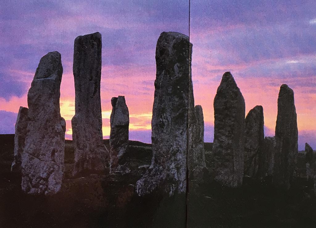 巨石 夜明けとともに現れる何かを待つように幾千年の時間を過ごした彼らには、被造物である立石という呪縛を越えて、まるで静かな知性が物質化したような、そんな気高さを感じる。彼らの待ち続けているものは、今どこにいるのだろう。