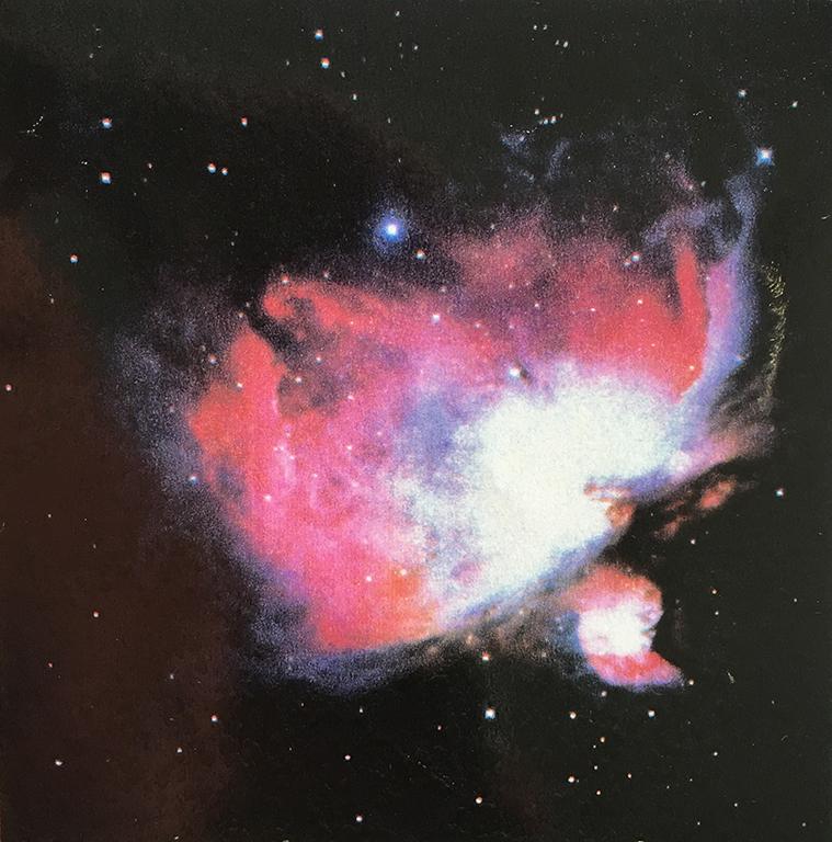 星雲 オリオン星雲は、銀河系で最も大きなガスとチリの塊だ。そこでは今も新しい星々が生まれている。若い星の照り返しが、美しいピンクに染めて、1500年の時間のずれとともに、その姿を伝えている。そしてその背景には、遥か宇宙の広大な海が続いている。始めも終わりも天国も地獄も、すべてを抱いて移ろいゆく。絶え間なく流れていく時間の波の後方に、過去が僕らを包んでいる。そして僕らは、その中に未来を見ようと見つめているのだ。