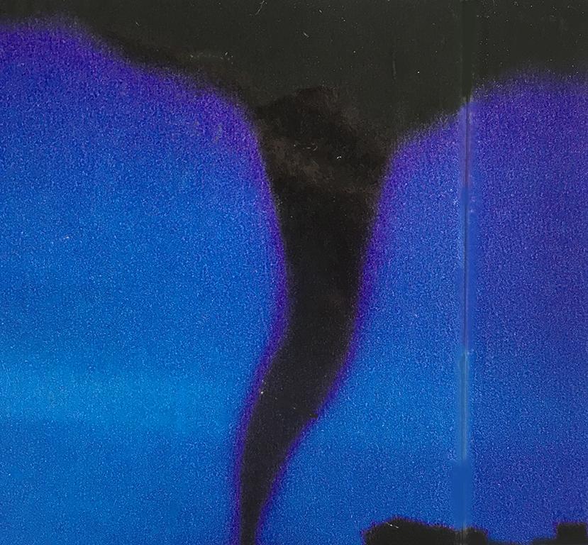 """竜巻 渦巻く風。大地すら揺れている。僕は思わず外に出てしまう。なぜかワクワクしてしまうのだ。龍神をイメージさせ、強烈に空間を泳ぐヘビのような竜巻はそんな日にやってくる。積乱雲の下から現れて、家や船、木や砂や海水、時には人なども巻き上げていく。厚い大気を突き破り、そのあり余る""""はたらき""""を天と地とをも繋いでしまう。物質を伴わなければならない精神にとって、不自由な時代には、荒れ狂うエネルギーの源に、身も心も委ねてみたい。"""