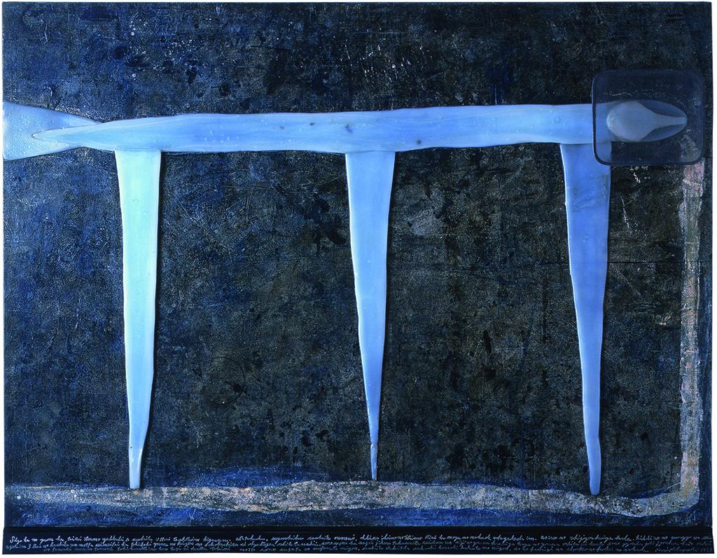 「巨きな生き物の平原」HUGE CREATURE' S PLAIN 板に油彩、樹脂ロウ、鉛、硝子、鉄 oil,wax resin,lead,glass,iron 1300X1670X80mm 1999 初夏の夢は大抵いつもゆっくりと、そしてうっとりとしている気がする。暖かく涼しく、そして眠い。大きな生き物たちも霧かもやの中で穏やかでいる。青色の液状平野から、光色のエネルギーを吸い上げている三対の柱をもった生命体はときどき夢の平原のどこかしらに出現していたらしい。そのものは長い時間貯えた成分を虹のような香りや風のような音律にかえてその上部より上方へと世界を楽しませる為に解き放っている。この次に出会った時にもっとその姿を眺めてみよう。そして出来たら少し話しかけてみよう。初夏の国の不思議な風景の中。