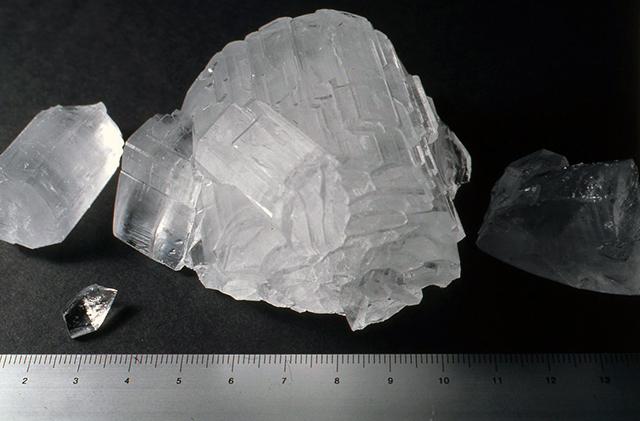 ロッシェル塩については種結品を冷却法で作り、その後を蒸発法で行うとぼくはよいと思います。うまくなると10 cmくらいの大きなものも作れると思いますので、いろいろ工夫してやってみてください。