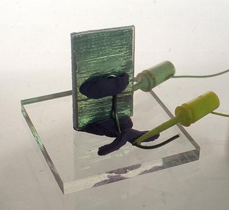 そして大きな結晶ができたら布などで液を拭いよく乾かしたあと、いちばん広い向かい 合う両面に錫箔あるいはアルミ箔を貼り、そこにトランジスタラジオのイヤフォンからの線、あるいはステレオのヘッドフォンやスピーカーの端子からの線をそれぞれに接触させて、少しづつ音を大きくしていくと、結晶から音が出てくるのを確認できるでしょう。