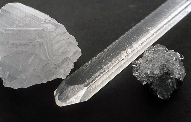 写真6は左から単結品がいくつか群品となったロッシェル塩の大きな結品、まん中は 人工水晶(自作ではありません)、そして右は育成母液のなかに石やなにかの塊(この場合はアンチモンの塊)を入れておくときれいな鉱物標本のようなものを作ることができる例です。