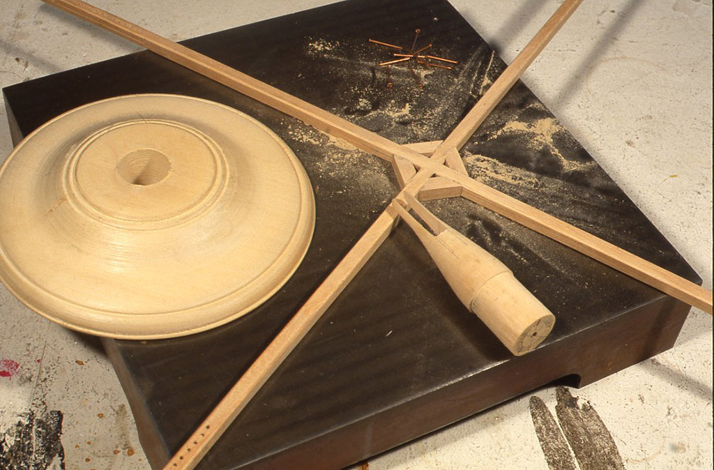 作り方としては9mm角の硬めの本(この場合はラミン)を使って十字に組み、木の端に切り込みのスリットを10 cmくらい切り、垂直方向に16~ 20個穴をあけておき ます。そこにちょうどコイルを巻くように鋼製の釘や竹ひごを入れながら内から外へ向かってワイヤーを巻いていきます。実用性だけなら大きめの段ボール箱にぐるぐる巻いたものでもかまわないと思います。