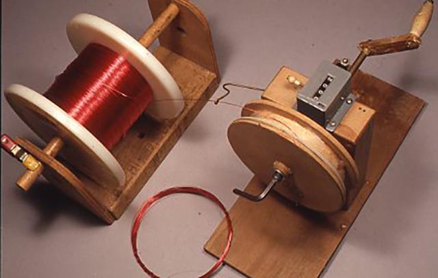 実際にキットを製作する上でいろいろな自作した道具が必要と成る。例えばエナメル線を一定の長さに巻き取るための治具の一例。