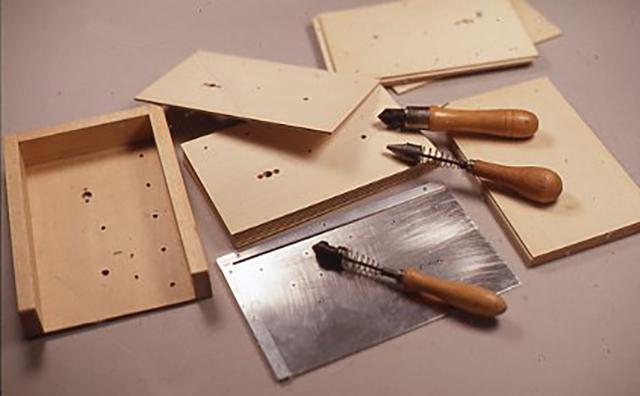 パネルに多数の違った径の穴をあける時にも治具は必要となる。