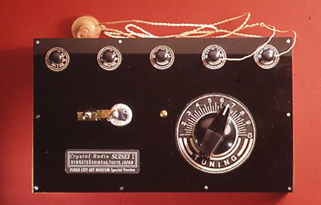 [彗星1型]のキットは鉱石ラジオが生まれた当時のように黒ベークライト製のパネルやツマミなどを使用し、筐体は木製にしている。