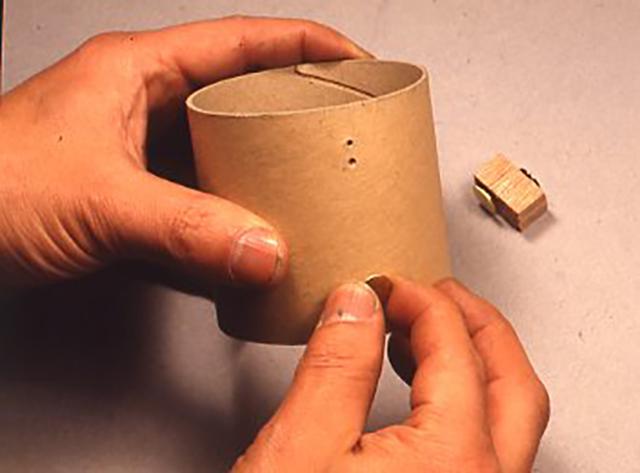 コイルの巻き始めや巻き終わりの固定のため、穴を開けているところ。すでに位置は鉛筆で印しがしてある。写真では見やすくするために大きめの穴があいている。