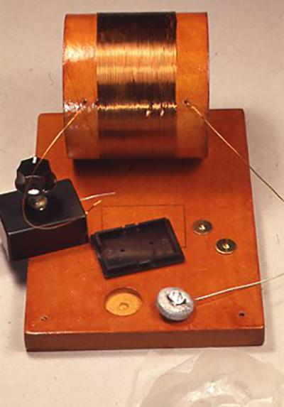バリコンボックスの底板を外して画鋲で固定し(この時にボンドの残りを併用しても可)、検波器となる部分も穴にはめ込む。